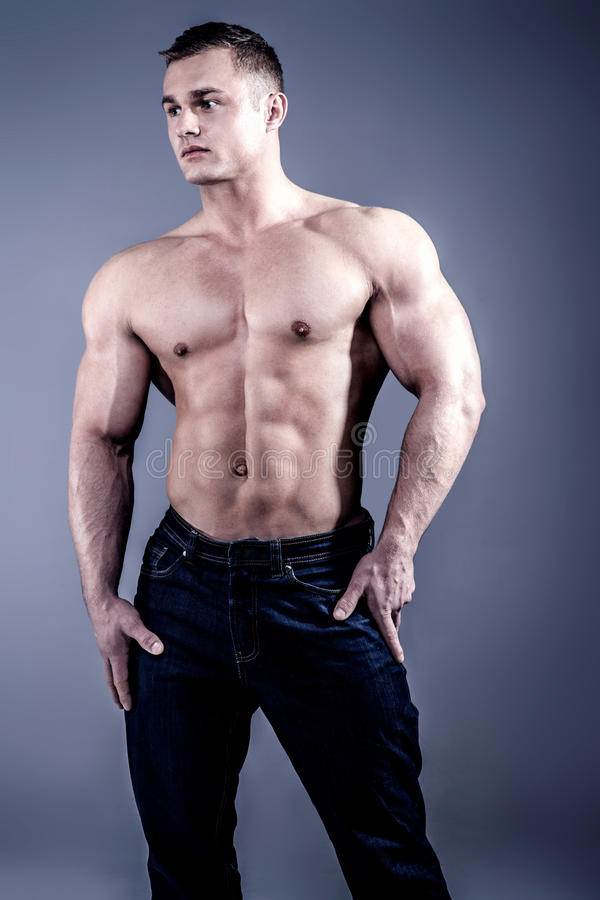 Spier jonge mens in jeans royalty-vrije stock afbeelding