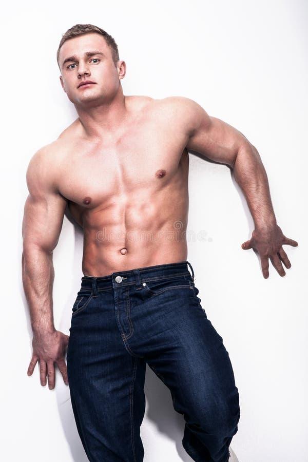 Spier jonge mens in jeans royalty-vrije stock foto
