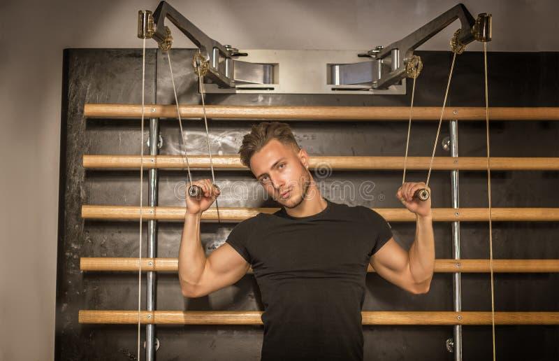 Spier jonge mens, opleiding Pecs op gymnastiekbank stock foto's