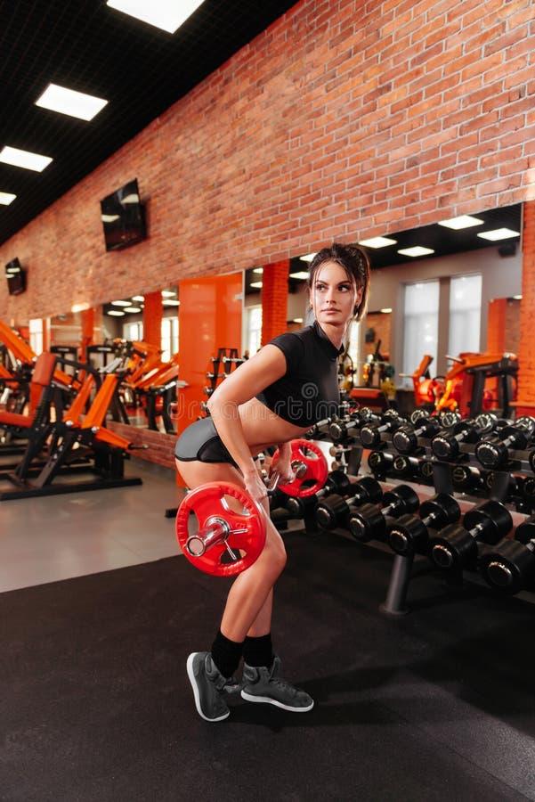 Spier jonge vrouw met mooi lichaam die oefeningen met domoor doen royalty-vrije stock foto's