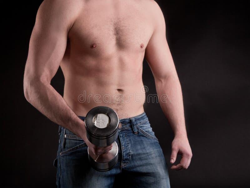 Spier krachtige mens het opheffen metaalgewichten royalty-vrije stock afbeelding