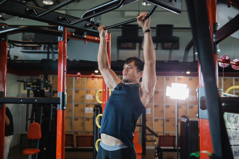 Spier mannelijk model met perfect lichaam die trekkracht UPS doen royalty-vrije stock afbeeldingen