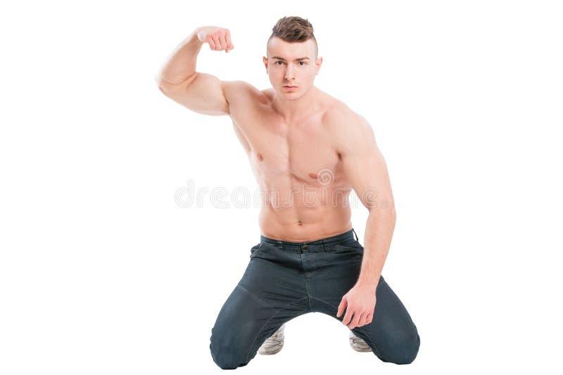 Spier mannelijk model op zijn knieën stock afbeeldingen