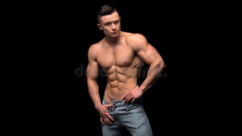Spier model jonge mens op donkere achtergrond Manierportret van sterke brutale kerel met in kapsel nanometer royalty-vrije stock foto
