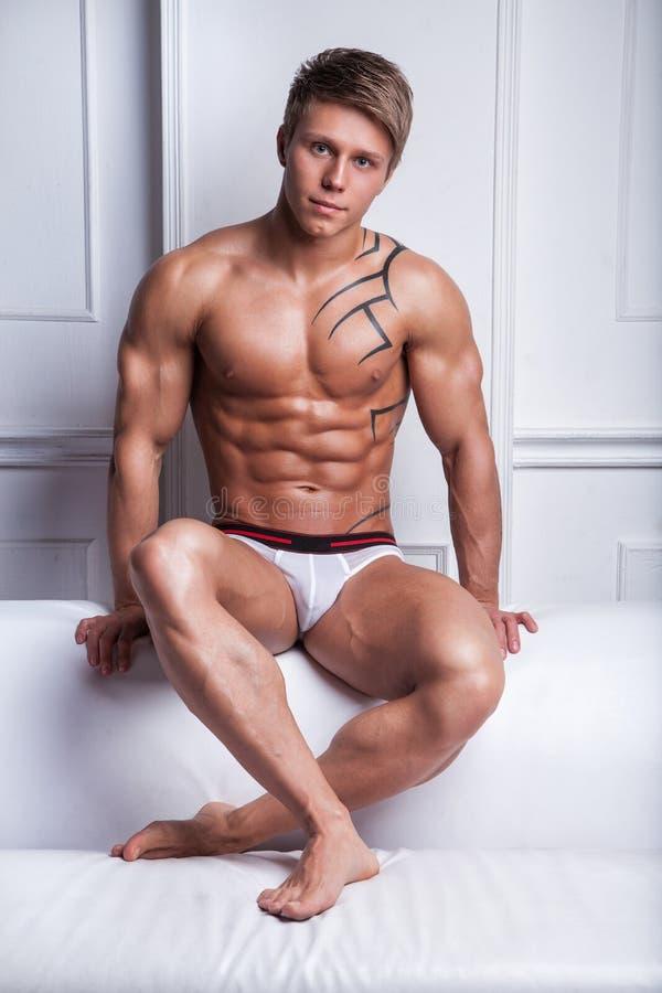 Knappe spier sexy mens stock foto. Afbeelding bestaande