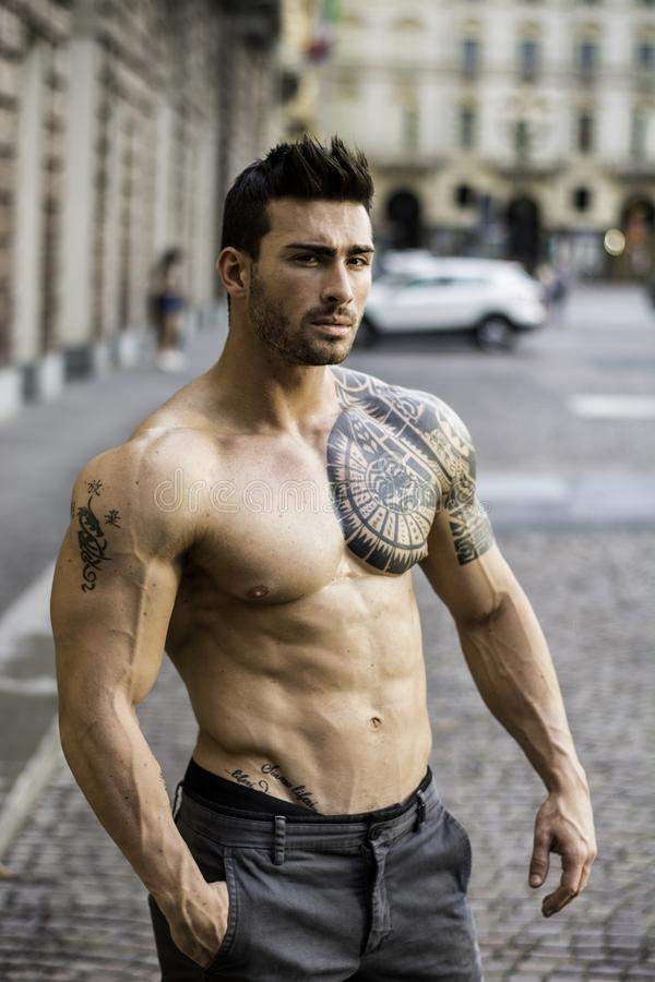 Spier shirtless mens in stadscentrum stock afbeelding