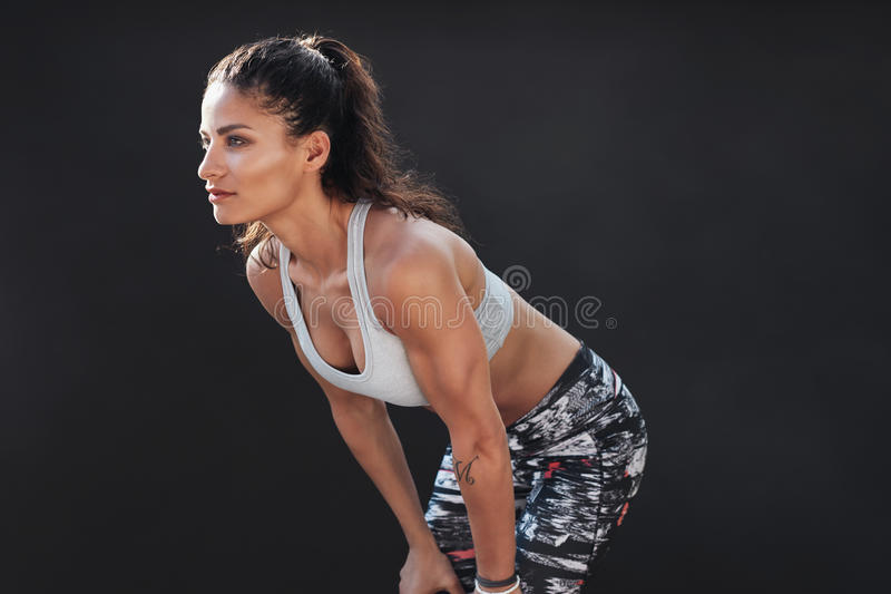 Spier vrouwelijk model in sportkleding stock foto