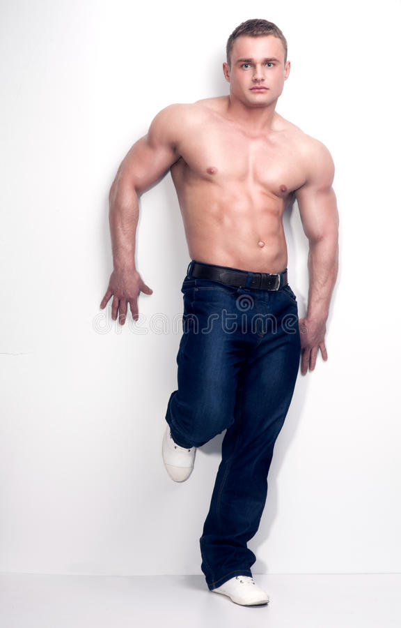Spierbodybuilder in studio stock afbeelding