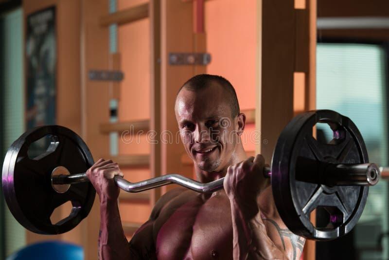Spiermens die Bicepsen uitoefenen royalty-vrije stock foto