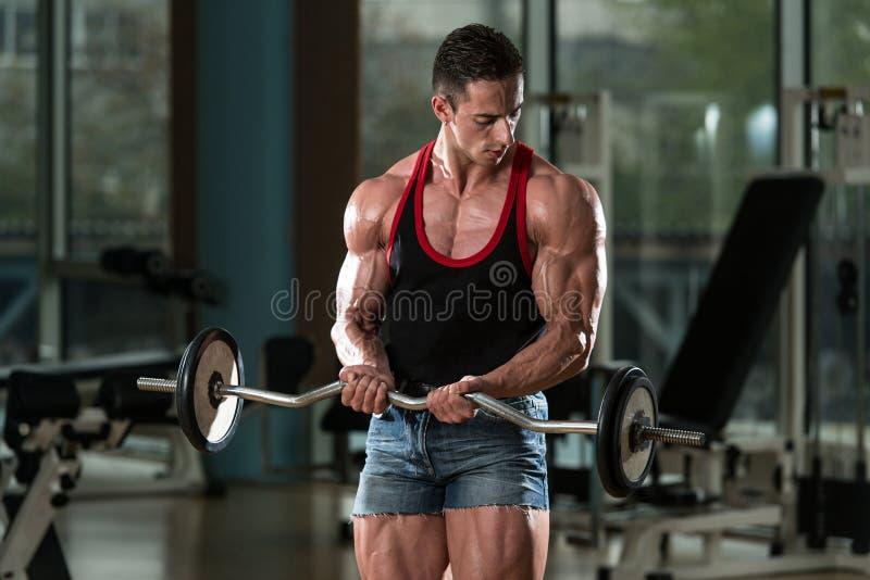 Spiermens die Bicepsen uitoefenen stock foto's