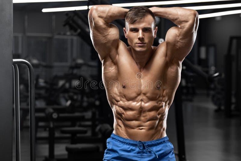 Spiermens die spierenabs, gevormde buik tonen Sterk mannelijk naakt torso, training royalty-vrije stock fotografie