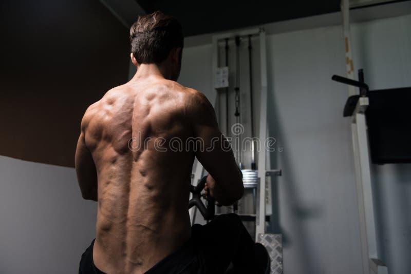 Spiermens die Zwaargewicht Oefening voor Rug doen royalty-vrije stock fotografie