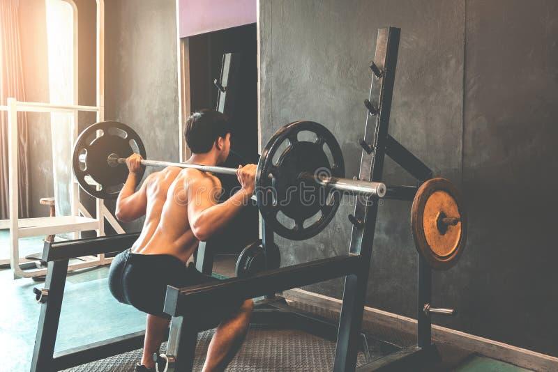 Spiermens gebouwde atleet die in gymnastiek en gewichtheffen uitwerken royalty-vrije stock afbeelding