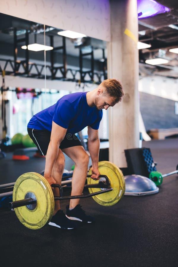 Spiermens het opheffen gewichten bij de gymnastiek stock foto's