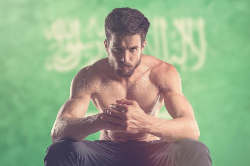 Spiermens met erachter de Vlag van Saudi-Arabië royalty-vrije stock foto's
