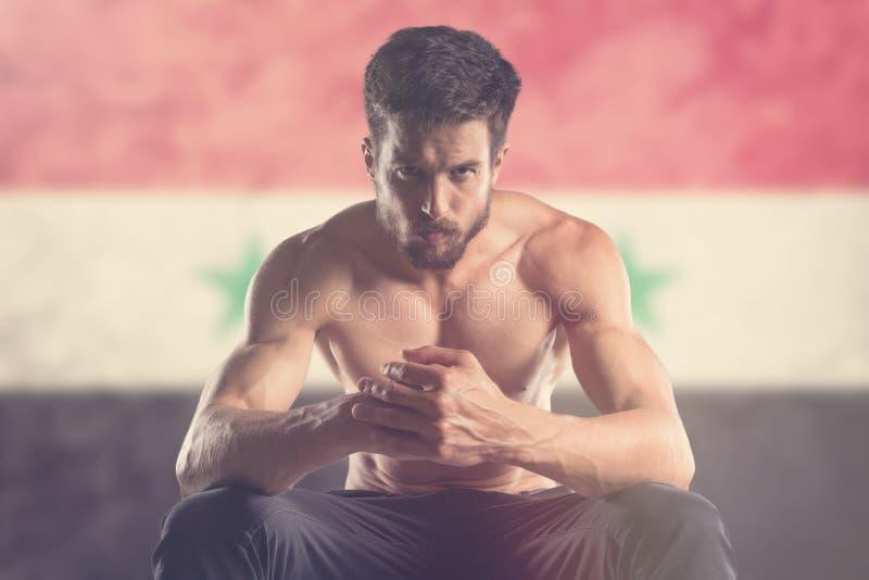 Spiermens met erachter de vlag van Syrië royalty-vrije stock foto's