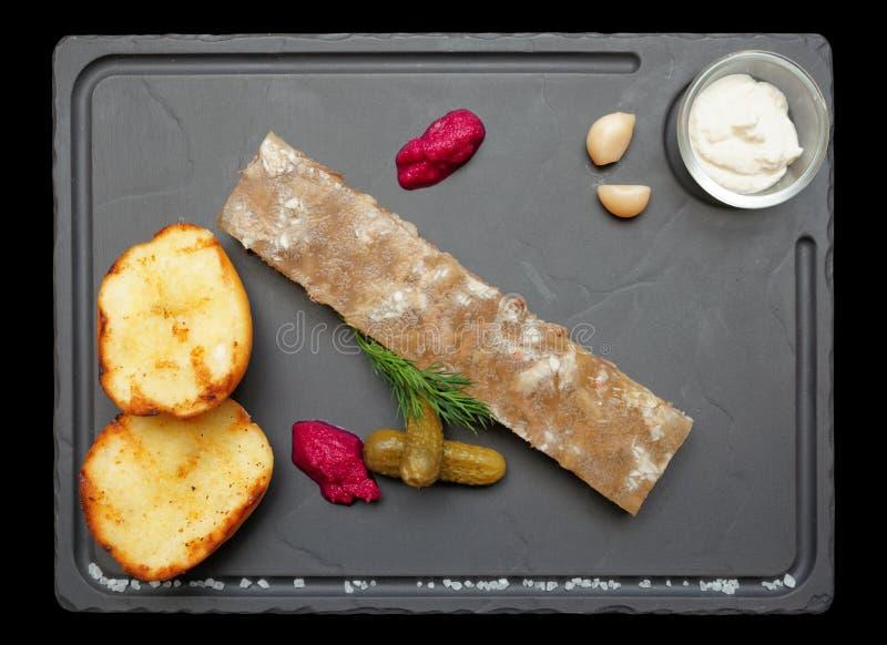 Spigo della carne con le patate ed il rafano isolati sul nero immagine stock libera da diritti