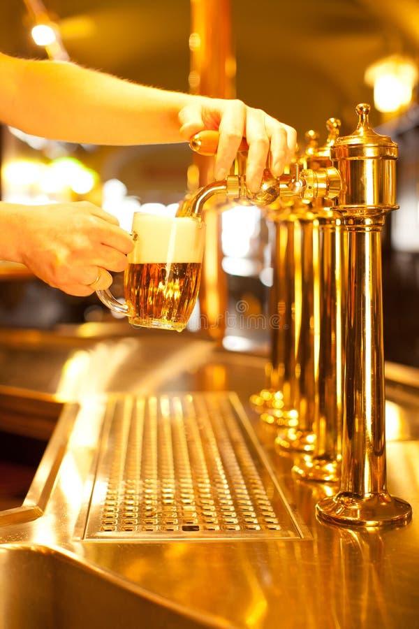 Spigot dourado com cerveja fotos de stock