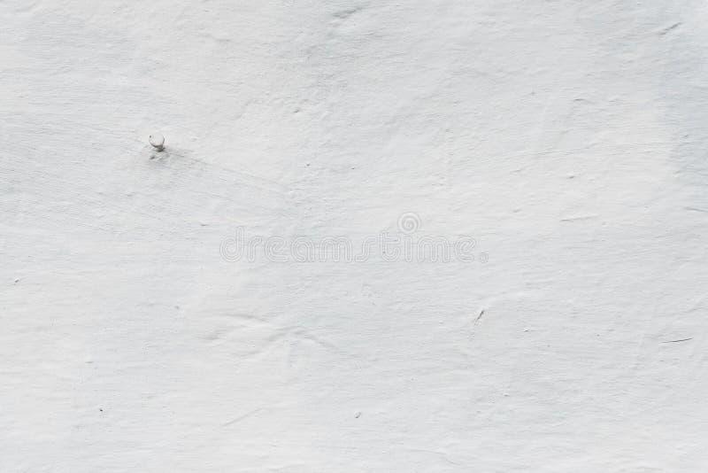 Spijker in de muur, vergoelijkte muur van adobehuis, retro stijl, geweven achtergrond in witte kleur, exemplaarruimte voor ontwer royalty-vrije stock afbeeldingen