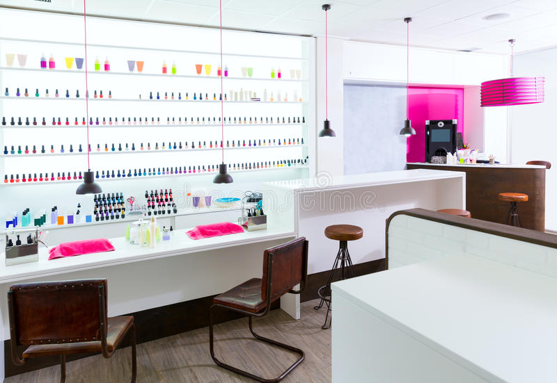 Spijker en pedicurezaal modern met nagellak kleurrijk in r stock afbeeldingen