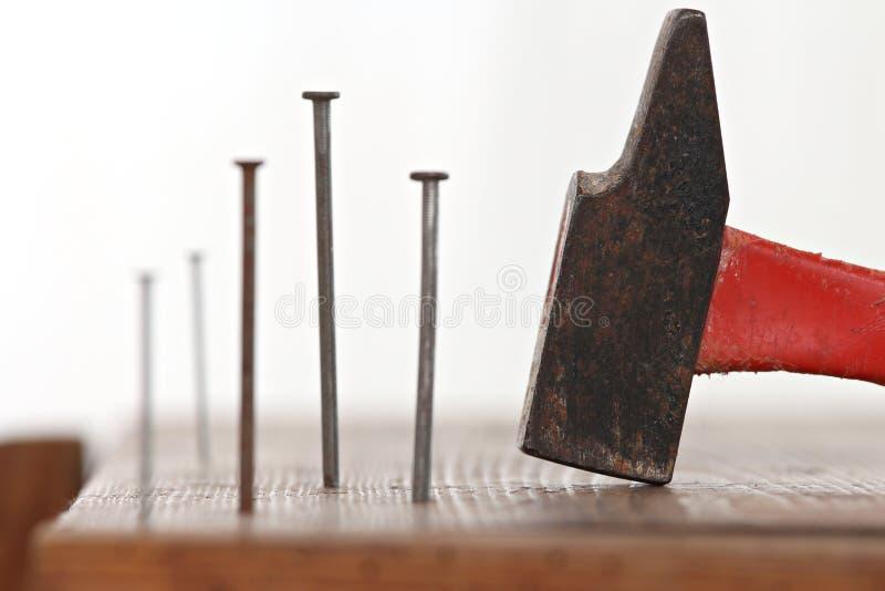 Spijkers en een hamer stock fotografie
