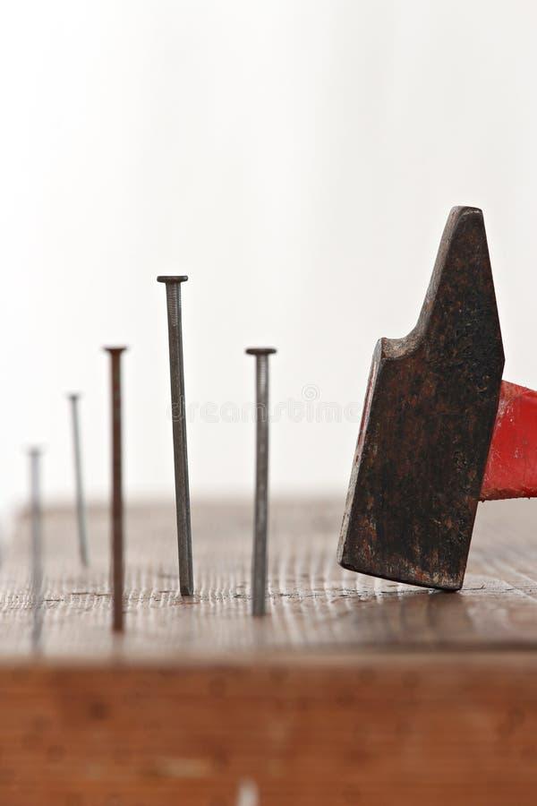 Spijkers en een hamer royalty-vrije stock afbeeldingen