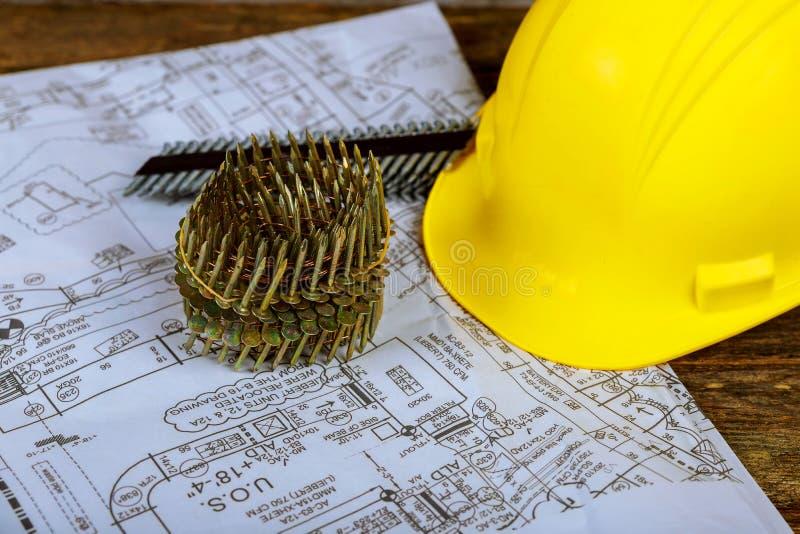 Spijkers voor pneumatisch spijkerkanon en helm voor bouw een plan van het nieuwe huis royalty-vrije stock fotografie