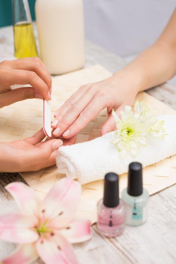 Spijkertechnicus die klant een manicure geven royalty-vrije stock foto