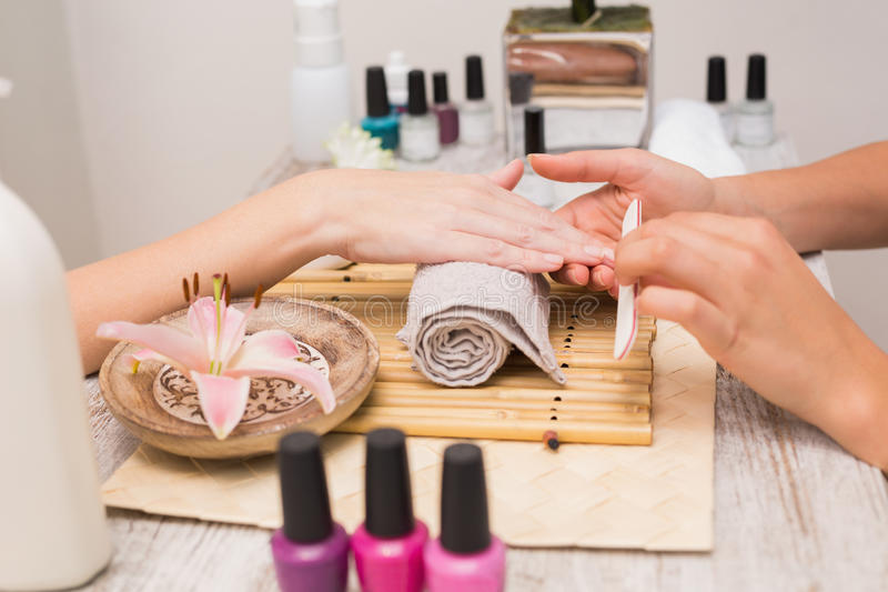Spijkertechnicus die klant een manicure geven royalty-vrije stock afbeeldingen