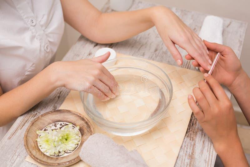 Spijkertechnicus die klant een manicure geven royalty-vrije stock afbeelding