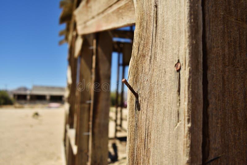 Spika i det wood slutet upp Förstörd byggnad i öknen arkivfoton