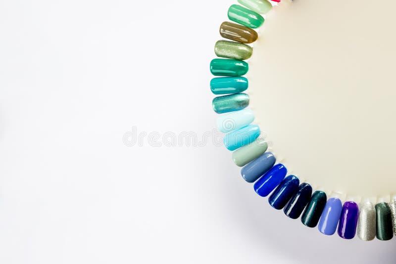Spika polermedel i olik modefärg Det färgrika kattögat 3D spikar färg i spetsar som isoleras på vit bakgrund Skinande stelna royaltyfri foto