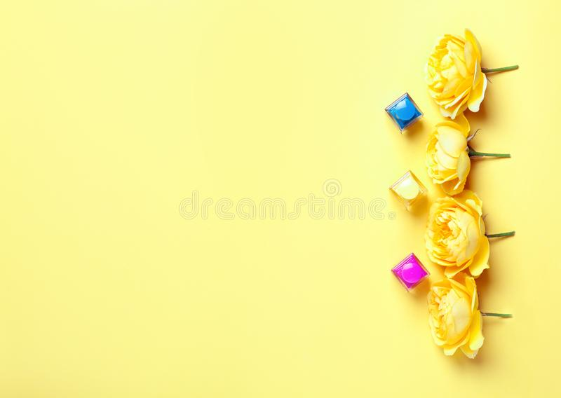 Spika polermedelflaskan och gula rosor arkivfoto
