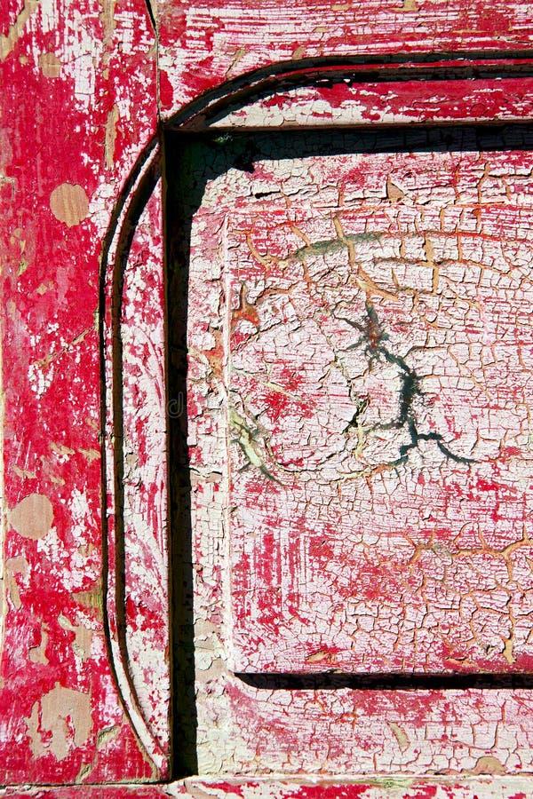 Spika smutsig avriven målarfärg i dörr och rostigt royaltyfria bilder