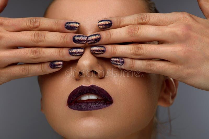 Spikar den övre modekvinnan för slutet med yrkesmässig makeup och arkivfoto