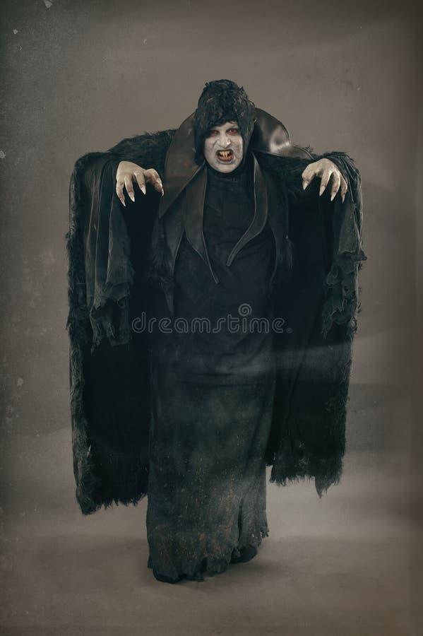 Spikar den som undergår mutation vampyren för den forntida fasan med stort läskigt Medeltida f royaltyfria foton