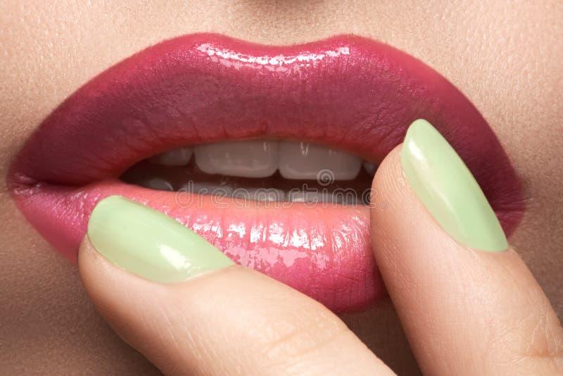 Spikar det sexiga sminket för skönhetmakroen med grön färg för ljus mintkaramell på arkivbilder