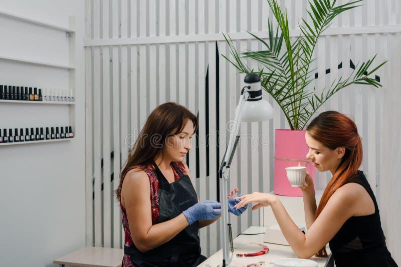 Spikar omsorg i salong arkivfoto