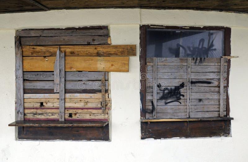spikar upp fönster arkivbilder