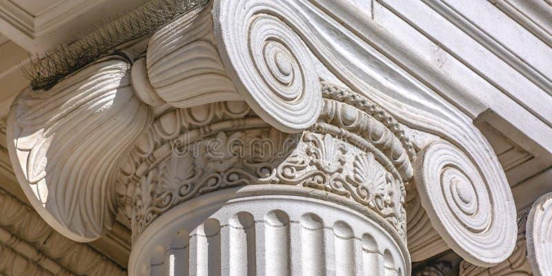 Spiked ongediertebestrijding bovenop een witte kolom stock afbeeldingen