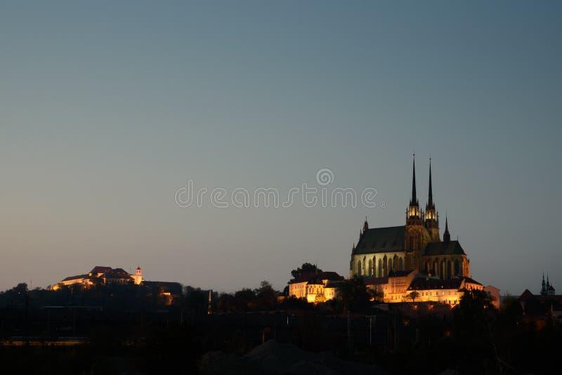 Spilberk y Petrov catherdral en puesta del sol, Brno, República Checa imagenes de archivo