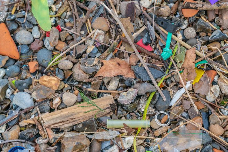 Spilld avskräde på stranden av storstaden Ackumulationen av plast- objekt i jordens miljö påverkar motsatt arkivfoton