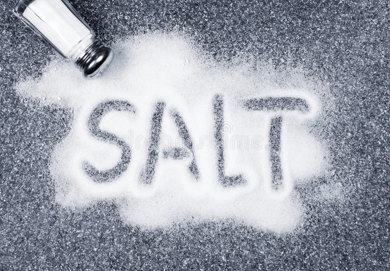 spilld salt shaker arkivfoton