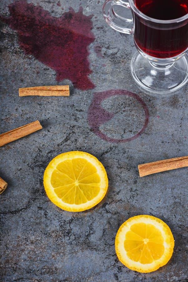 Spilled reflexionó sobre el vino y la naranja foto de archivo