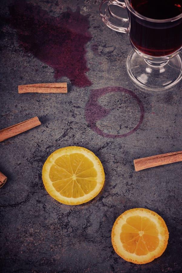 Spilled reflexionó sobre el vino y la naranja, retro entonado foto de archivo libre de regalías