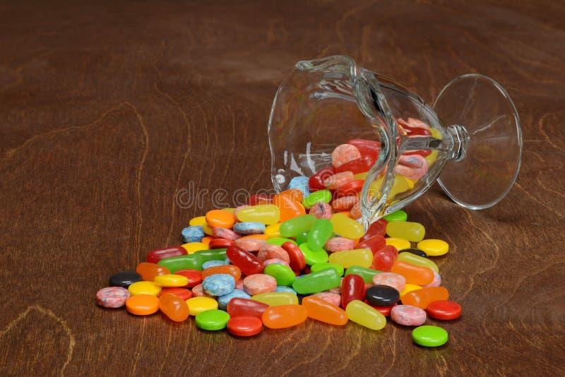 Spilled sortierte Süßigkeiten stockfotos