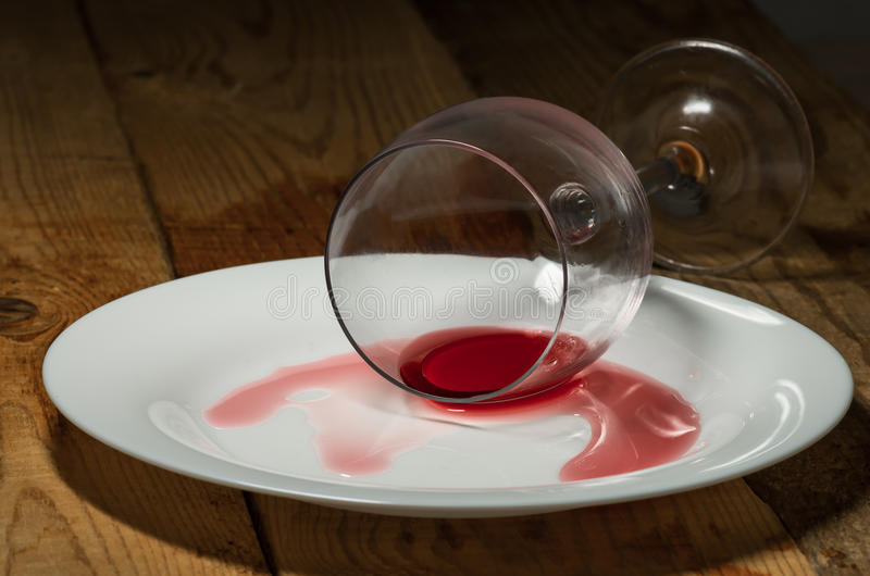 Spillt exponeringsglas av wine royaltyfri bild