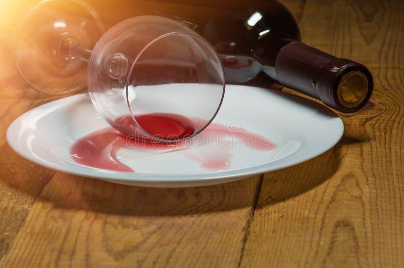 Spillt exponeringsglas av wine arkivfoto
