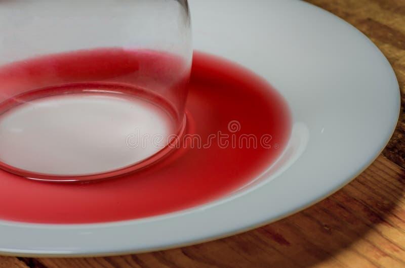 Spillt exponeringsglas av wine royaltyfria bilder