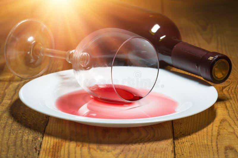 Spillt exponeringsglas av wine arkivfoton